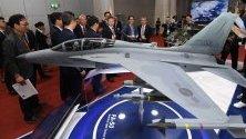 Южнокорейският военен министър посещава авиокосмическо изложение в Банкок, Тайланд.