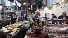 Главен готвач приготвя храна по време на гастрономичен форум в Барселона.