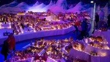 Хора разглеждат най-големия град от джинджифилови бисквити в Берген, Норвегия. Той се издига всяка година преди Коледа.