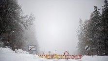 Блокиран път в Източен Тирол, Австрия. Множество пътища са затворени в Каринтия, Зацбург и Тирол, заради снеговалежите, придружени с лавини и свлачища.
