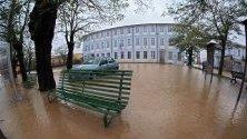 Наводнена улица пред училище в Спинета Маренджо, Северна Италия, след проливни дъждове и бури.