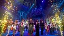 Циркови артисти поздравяват пубилката по врем ена Международния цирков фестивал в Джухай, Китай. Крайбрежният град е известен като Китайската Ривиера.