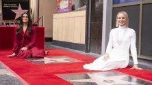 Актрисите Кристен Бел и Идина Мензъл получават звезди на Алеята на славата в Холивуд.