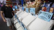 Продавач край щанд с ориз на пазар в Кезон, Филипините. Президентът Дуерте нареди спиране на вноса на ориз и започване на покупкаот местни производители.