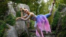 """Китайската танцьорка Мън Кинян позира в Китайската градина на приятелството в Сидни, Австралия, преди изпълнението си в държавния театър на пиесата """"Приказки за 12-те китайски зодии"""""""
