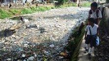 Индиец събира рециклируеми пластмасови отпадъци по река Баралу, която минава през центъра на град Гувахати. Милионите боклуци в реката създава опасност за здравето на местните жители.