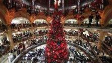 """Коледна елха се издигна в Галерия """"Лафайет"""" в Париж."""