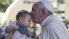 Папа Франциск целува бебе в болница в Банкок, Тайланд. Светият отец е на тридневна визита.