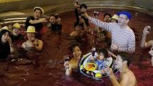 """Почитатели на """"Божоле Ново"""" в японски курорт си взимат """"винена баня"""" по повод пускането на новата реколта."""