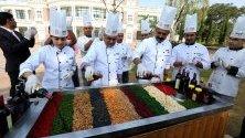 Главни готвачи от туристическа служба в Индия подготвят ежегоден ритуал в Бопал по смесване на сушени плодове в алкохол и вино, които ще бъдат използвани за коледни кексове.