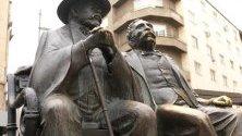 Работници поставиха нов бастун на бронзовата статуя на Петко и Пенчо Славейкови от емблематичния площад. Вандали откраднаха стария само около шест месеца, след като статуята беше върната подновена.