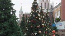 Работници подготвят елхите пред Кремъл в Москва за посрещане на Новата година и Коледа на 7 януари.