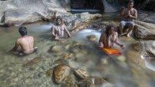 Шамани медитират в свещената река Багмати, за да придобият енергия от водите й, Катманду, Непал.