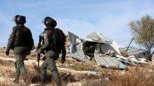 Израелски гранични полицаи охраняват булдозери, които разрушават къща на Западния бряг край Ята, южно от Хеброн. Тел Авив регулярно разрушава палестински къщи на Западния бряг поради липса на разрешителни.