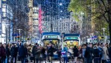 Коледни светлини осветяват Bahnhofstrasse в Цюрих, Швейцария.