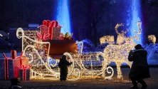 """Посетители разглеждат коледни украси част от шоуто """"Коледа в Тиерпарк"""" в Берлин."""