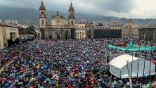 Хиляди хора протестираха по време на национална стачка в Богота, Колумбия, в протест срещу икономическата и социална политика на президента Иван Дуке.