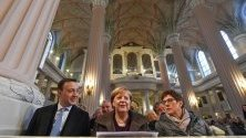 Германският канцлер Ангела Меркел, министърът на отбраната Анегрет Крамп-Каренбауер и генералният секретар на ХДС Паул Цимяк по време на църковна служба в Николайкирхе в Лайпциг преди конгреса на Християн-демократическия съюз.