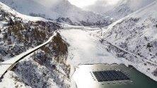 Плаващи баржи със слънчеви панели в алпийски язовир в Бурж-Сен-Пиер, Швейцария. Плаващите соларни панели се състоят от 36 баржи с 2249 кв.м. соларни клетки, които произвеждат 800000 киловатчаса на година - годишнот опотребление на около 220 къщи.