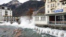 Фьон вдига вълни в езерото Ури в Брунен, Швейцария.