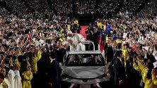 Папа Франциск по време на меса в Токио, Япония. Светият отец е на четиридневно посещение - първото от 38 години и второто в историята.