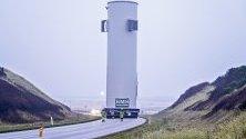 Преместват вятърна турбина в тестови център в Остерилд от пристанището Ханстолм в Дания. Транспортирането е на две вятърни турбини по 28 метра височина и 8 м. широчина. Заради тях движението по пътя е затворен.
