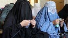 Афганистанки се получават основно обучение по умения в институт, основан от Корпуса на милосърдието в Кандахар. Там те се обучават на тъкачество, готварство, шиене.