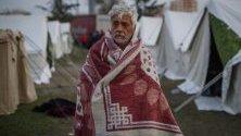 Мъж се покрива с одеало в палатков лагер с оцелели след земетресението, Дуръс, Албания, което погуби близо 30 души.
