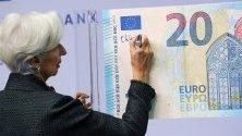 Президентът на ЕЦБ Кристин Лагард се подписва върху новата банкнота от 20 евро. Подписването е традиция за началото на всяко президентство на ЕЦБ.