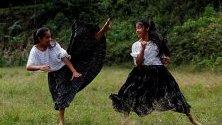 Местни момичета в Гватемала практикуват таекуондо в село Типулкан. Бойното изкуство им помага да се защитават от насилието срещу тях, което е често срещано в страната.
