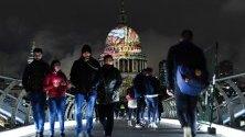 """Прожекция върху купола на катедралата """"Сейнт Пол"""" в Лондон на последния шедьовър на Уилям Блейк """"Ancient of Days"""" по повод рождението му. Творбата ще може да се наблюдава всяка вечер през тази седмица."""