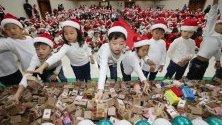 Деца от детски градини в Сеул, Южна Корея, даряват спестовните си касички за благотворителност. Парите, събирани в продължение на една година, ще бъдат дарени за семейства в нужда.
