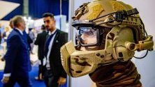 Военен шлем изложен по време на оръжейно експо в Ротердам, Холандия.