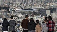 Японци гледат току що завършения нов национален стадион в Токио, създаден за Олимпийските и Параолимпийските игри през 2020. Той ще бъде предаден на Японския спортен съвет на 30 ноември след инспекция.
