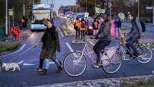 """Протестиращи от """"Extinction Rebellion"""" са спрели уличното движение с протестно ходене по пешеходни пътеки във Вагенинген, Холандия. Протестът е част от Глобалния ден за климатични действия."""