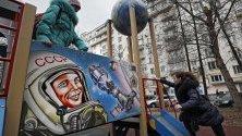 Деца си играят на детска площадка в Москва с лика на първия космонавт Юрий Гагарин.