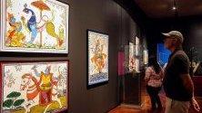Посетители разглеждат изложба, посветена на интелектуалното наследство на Индия, в Музея в Гуадалахара, Мексико. Хилядолетни ръкописи показват еволюцията на индийската култура.