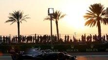 Люис Хамилтън с Mercedes AMG GP минава по улиците на Абу Даби по време на квалификациите от Формула 1 за Гранд При на Абу Даби.