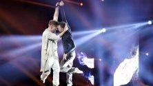 """Първата изцяло мъжка танцова двойка в тв шоуто """"Dancing with the Stars"""" в Дания - Якоб Фойерби и Силас Холст, печелят финала на предаването."""