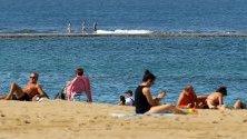 Туристи се наслаждават на температурите от 27 градуса на Канарските острови, Испания.