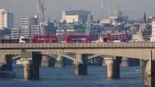 Автобуси са спрели по Лондон Бридж, край мястото, където бяха нападнати с нож пешеходци, а нападателят беше застрелян от полицията.