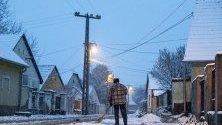 Сняг покрива пътища в Почмегер, Унгария.