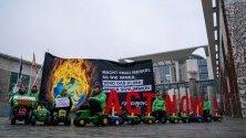"""Активисти на """"Грийнпийс"""" протестират пред Канцлерството в Берлин с искане за промяна в климатичната политика на Германия."""