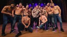 """Чанинг Тейтъм позира с танцьори от шоуто """"Magic Mike Live """", което е на турне в Мелбърн, Австралия."""