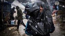 Мигрант в незаконен мигрантски лагер в изоставена фабрика във Велика Кладуша, Босна и Херцеговина.