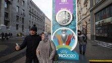 Жители на Санкт Петербург позират пред часовник, отброяващ дните до старта на Евро 2020. Градът ще бъде домакин на четири мача, включително четвъртфинал.