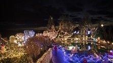 """Семейство Голнхубер от Бад Тацмансдорф, Австрия, е сътворило """"Коледна къща"""", цялата украсена със светлини. Семейството осветява къщата си от 2010 г. с милиони светлини и над 140 коледни фигури."""