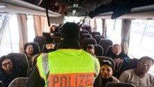 Граничен полицай проверява за нелегални мигранти на граничен пункт в Германия. Регулярните проверки бяха възстановени през 2015 г. в опит за борба с нелегалната миграция.