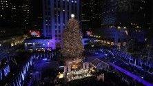 Запалиха светлините на коледната елха в Рокфелер Сентър в Ню Йорк.