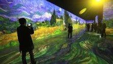 Посетители разглеждат дигитални картини на Ван Гог по време на изложба в Джеджу, Южна Корея.